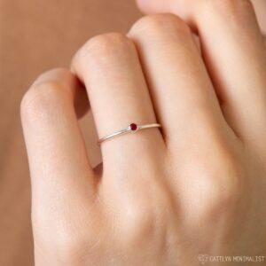 Nhẫn bạc đơn giản gắn đá tháng sinh được chế tác từ chất liệu bạc nguyên 950 có thể xi vàng hoặc để nguyên màu bạc gốc, quý khách vui lòng ghi rõ chữ cái cần đặt và màu đá vào ô ghi chú.